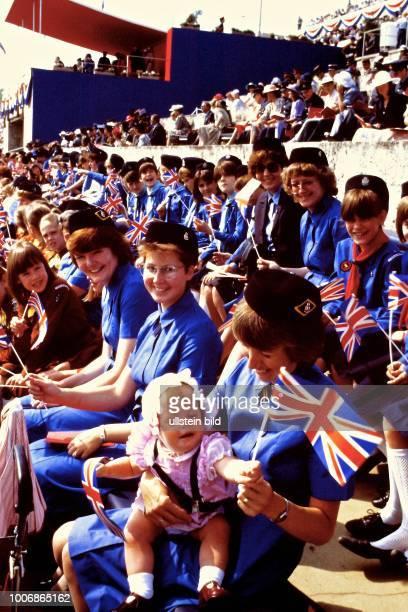 Queen Elizabeth II Königin von Groß Britannien auf Staatsbesuch in Berlin Westberlin am 28 Mai 1987 Oympiastadion Zuschauer Pfadfinder am Maifeld...