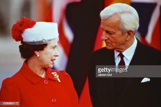 Queen Elizabeth II Königin von Groß Britannien auf Staatsbesuch in Berlin Westberlin am 28 Mai 1987 Hier mit Bundespräsident Richard von Weizsäcker...