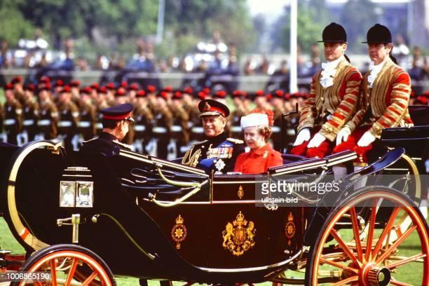 Queen Elizabeth II Königin von Groß Britannien auf Staatsbesuch in Berlin Westberlin am 28 Mai 1987in der Kutsche mit Prinz Philipp auf dem Maifeld...