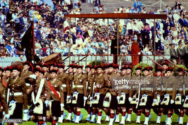 Queen Elizabeth II Königin von Groß Britannien auf Staatsbesuch in Berlin Westberlin am 28 Mai 1987Trooping The Colour Queens Birthday Parade auf dem...