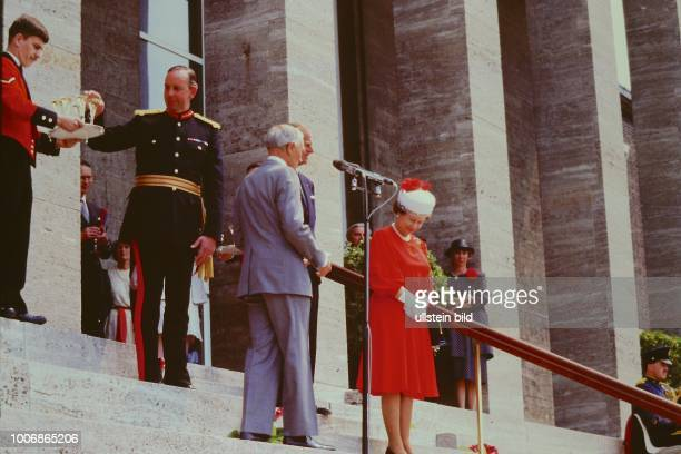 Queen Elizabeth II Königin von Groß Britannien auf Staatsbesuch in Berlin Westberlin am 28 Mai 1987 im Ehrenhof am Olympiastadion British Headquarter...