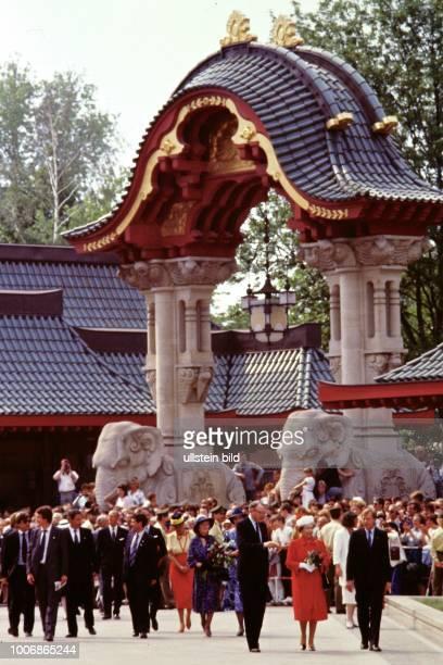 Queen Elizabeth II Königin von Groß Britannien auf Staatsbesuch in Berlin Westberlin am 28 Mai 1987 Hier Berliner Zoo am Elefanten Tor nach 750...