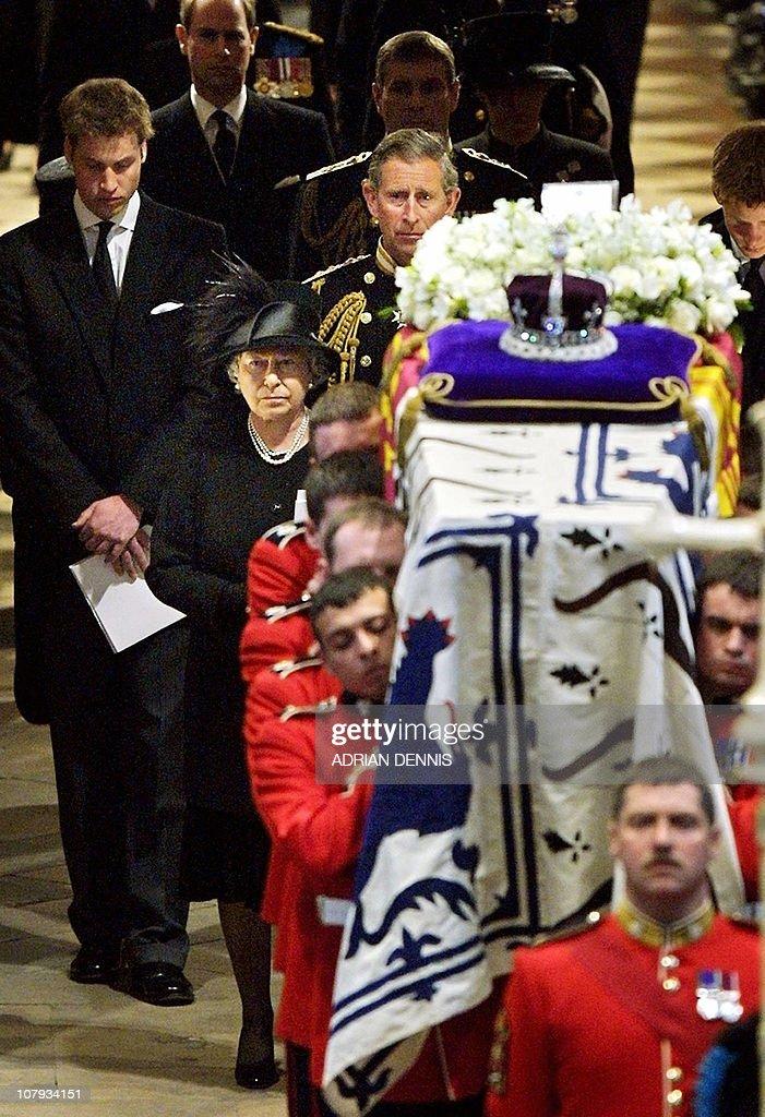 Queen Elizabeth II (front, C) leads her : ニュース写真