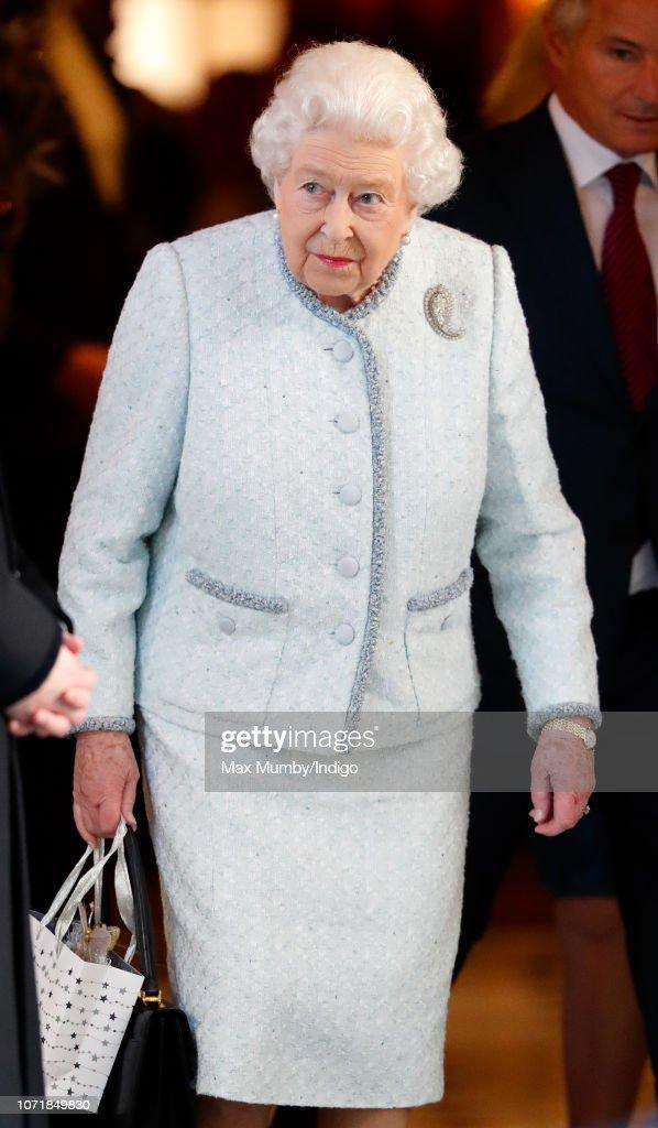Queen Elizabeth II Hosts A Christmas Lunch At The Goring Hotel : Nachrichtenfoto