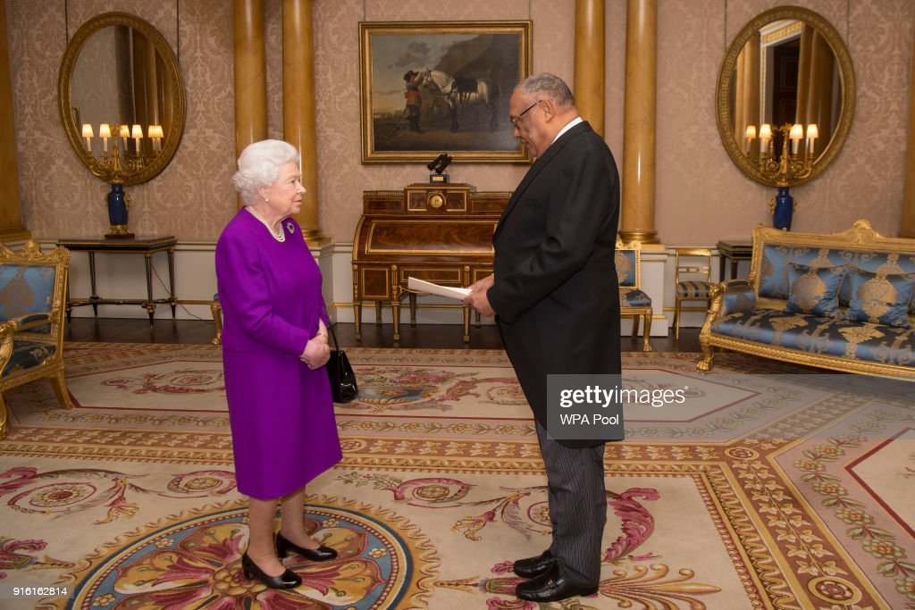 Private Audience With The Queen At Buckingham Palace : News Photo