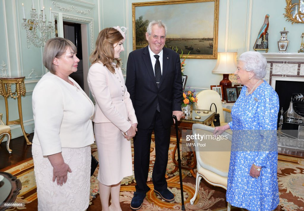 Audiences at Buckingham Palace : News Photo