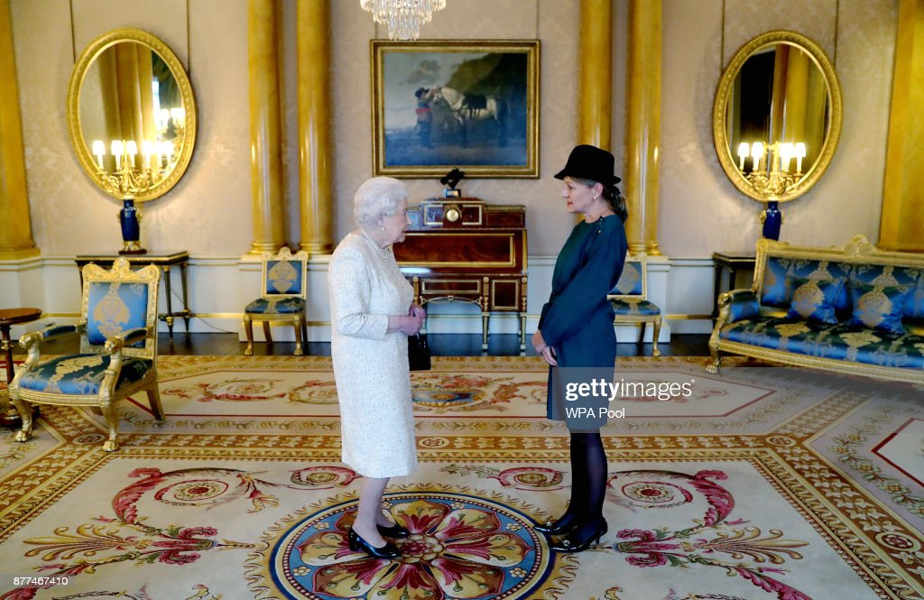The Queen Holds Audience At Buckingham Palace : News Photo