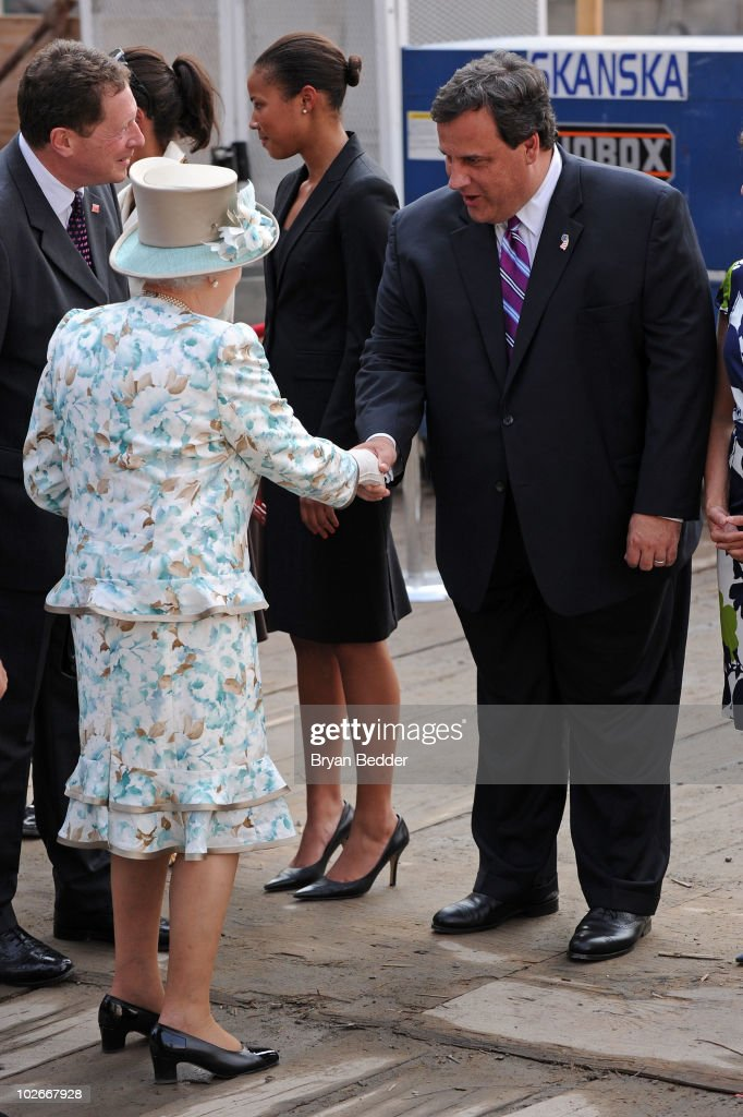 Queen Elizabeth II Visits The World Trade Center : News Photo