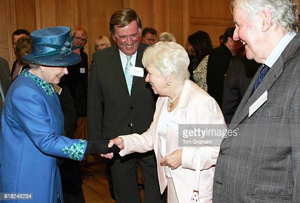 MAY 2006*** Queen Elizabeth II meets radio and television personalities June Whitfield Terry Wogan and Richard Briers during a visit to the BBC...