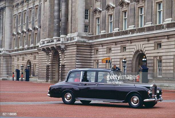 Queen Elizabeth II Phantom Vi Rolls Royce Official Car Given To Her As A Gift For Her Silver Jubilee Returning To Buckingham Palace After An Official...