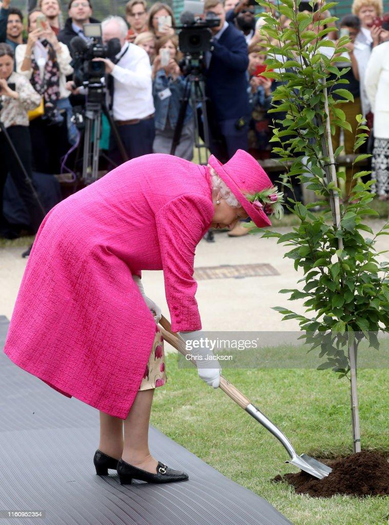 The Queen Visits Cambridge : News Photo