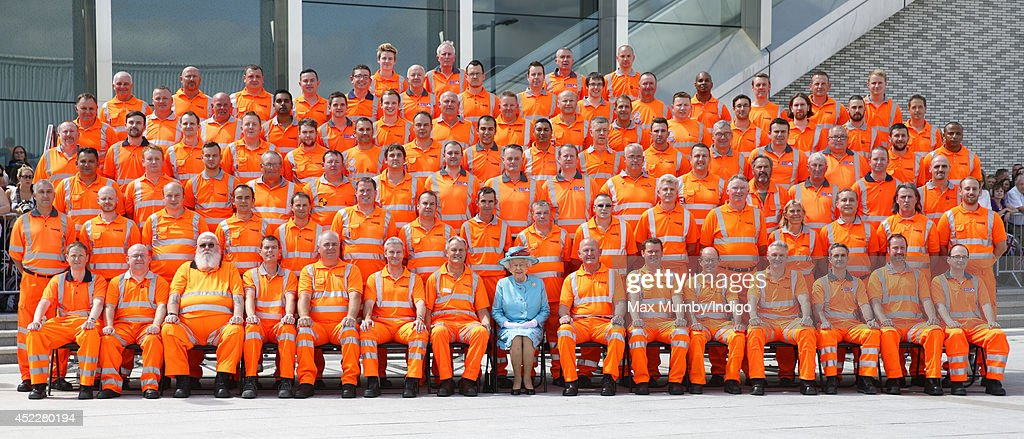 The Queen Visits Reading Railway Station : News Photo