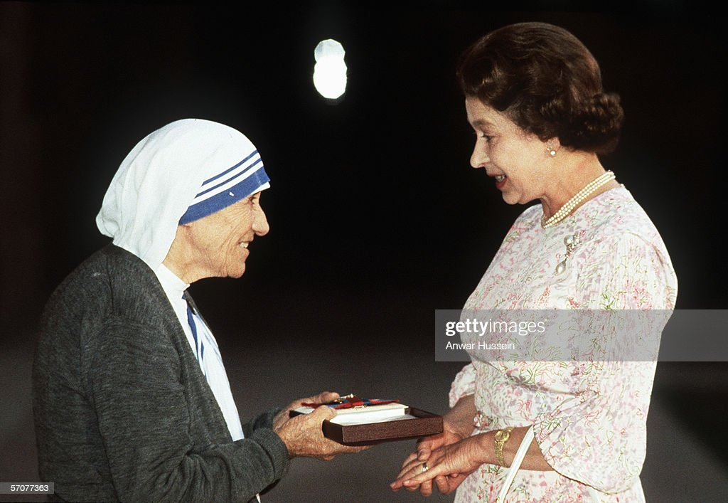 Queen Elizabeth II presents the Order of Merit to Mother Teresa at the Presidential Palace on November 24, 1983 in Delhi, India.