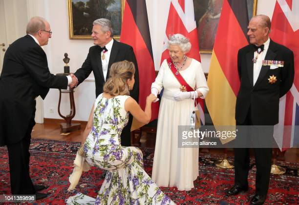 Queen Elizabeth II Prince Philip of Great Britian and German President Joachim Gauck welcome violinist AnneSophie Mutter and US American pianist...