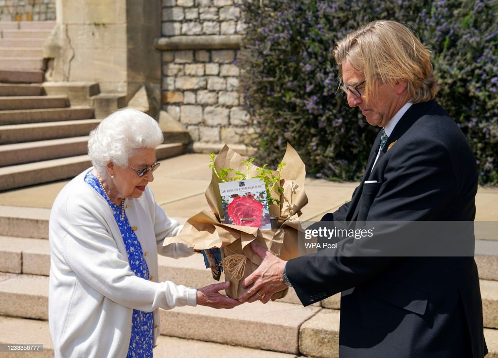 The Queen Receives A Rose Named In Memory Of The Duke Of Edinburgh : ニュース写真
