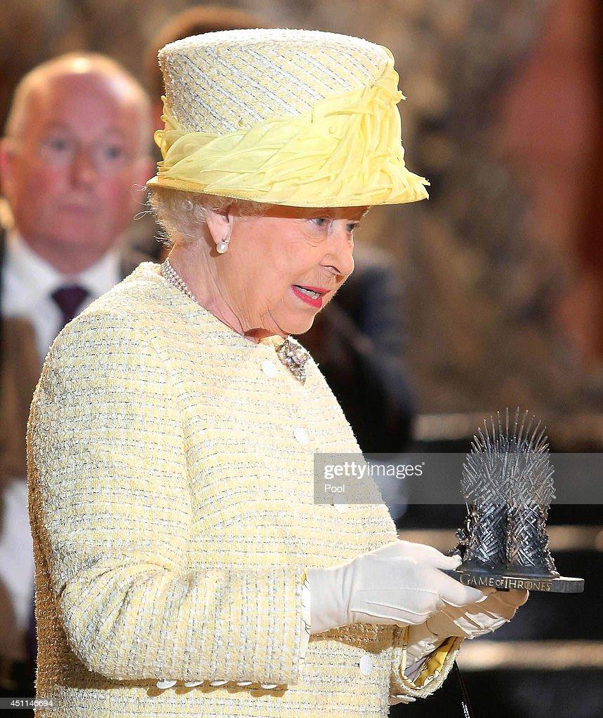 Queen Elizabeth II And Duke Of Edinburgh Visit Northern Ireland : Nieuwsfoto's