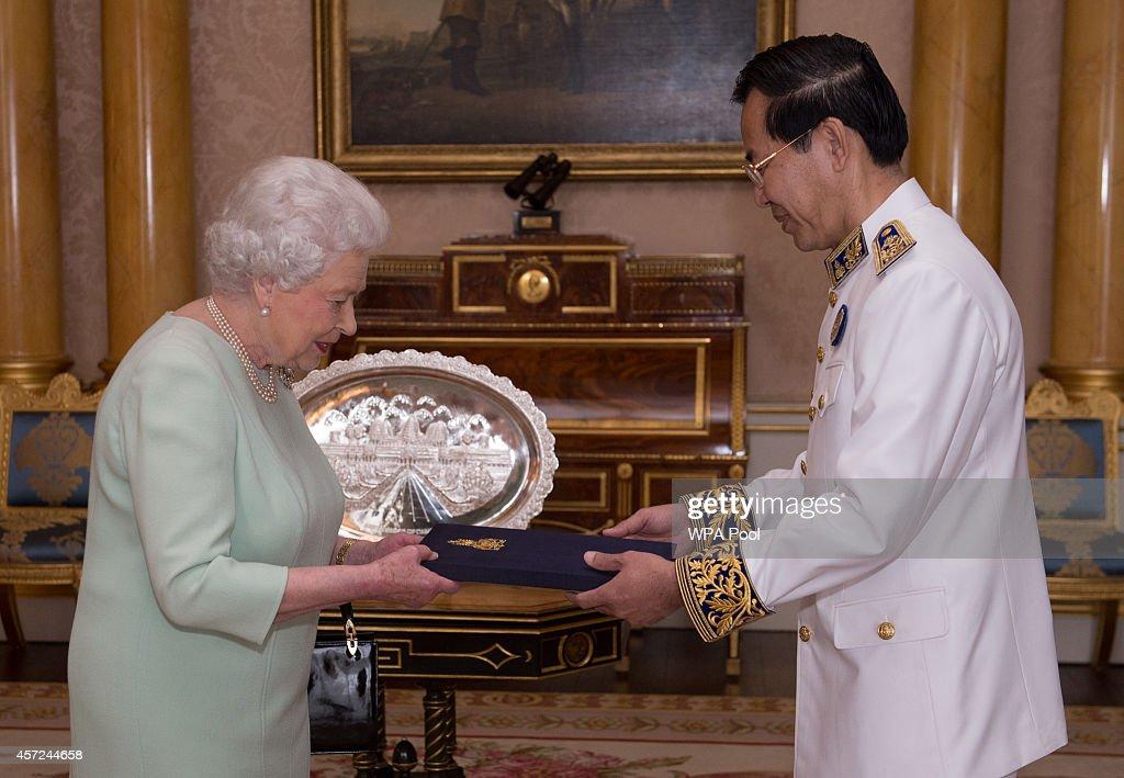 Queen Elizabeth II Receives Dignitaries : News Photo
