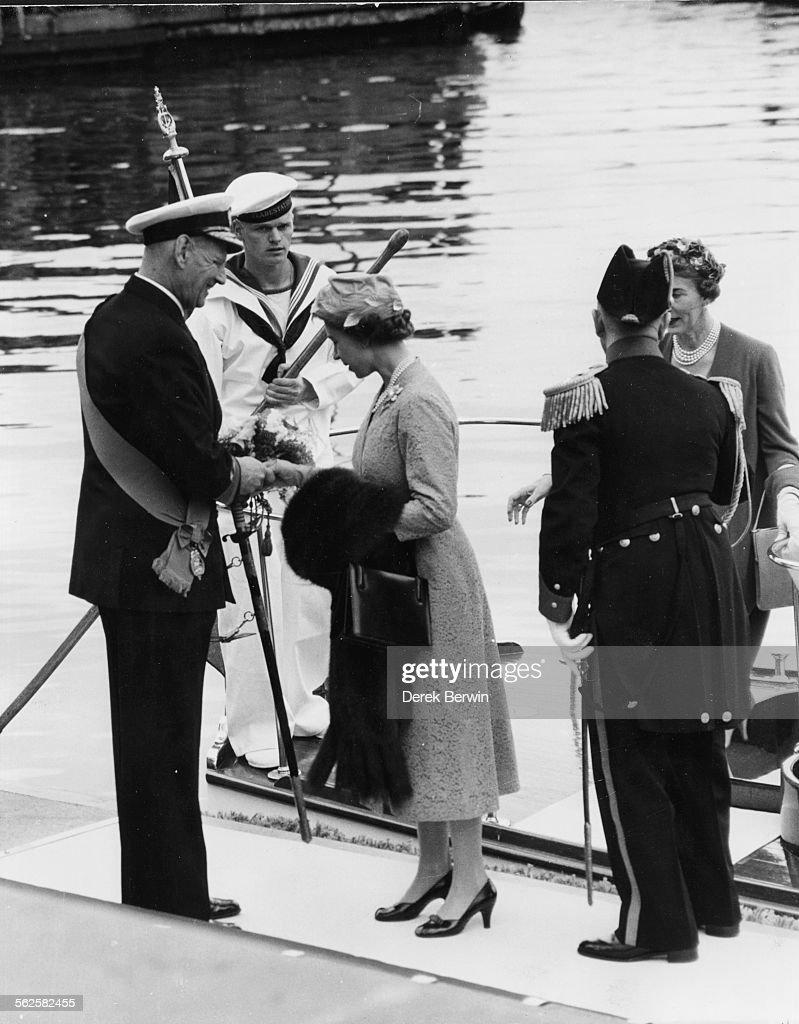 Queen Elizabeth II And King Frederik of Denmark : News Photo