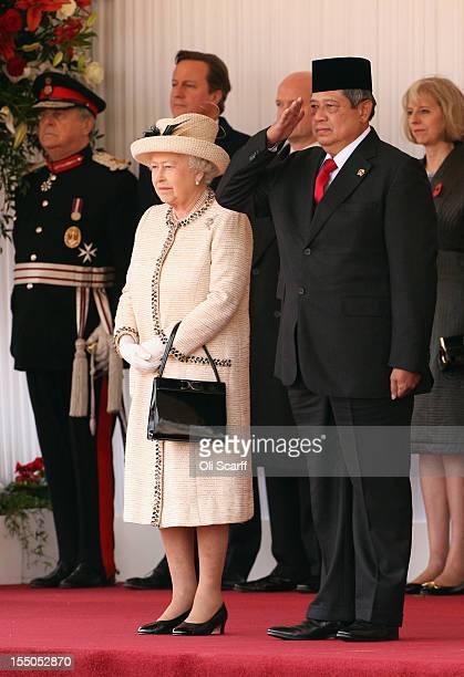 Queen Elizabeth II stands with Susilo Bambang Yudhoyono the President of the Republic of Indonesia as he receives a Ceremonial Welcome in Horse...