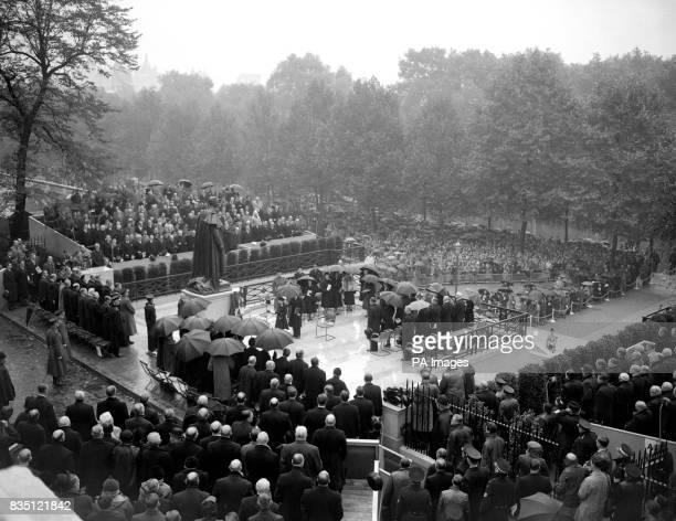 Queen Elizabeth II unveiling the national memorial to her father, the late King George VI, in Carlton Gardens, London. The statue, which overlooks...