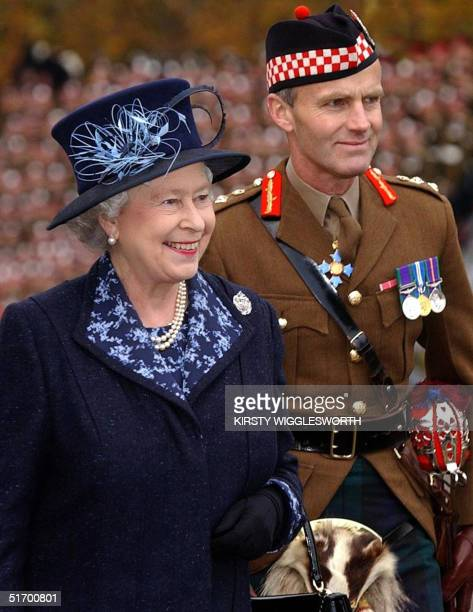 Queen Elizabeth II visita Howe Barracks in Canterbury, Kent to present the 1st Battalion of The Argyll and Sutherland Highlanders with the Wilkinson...