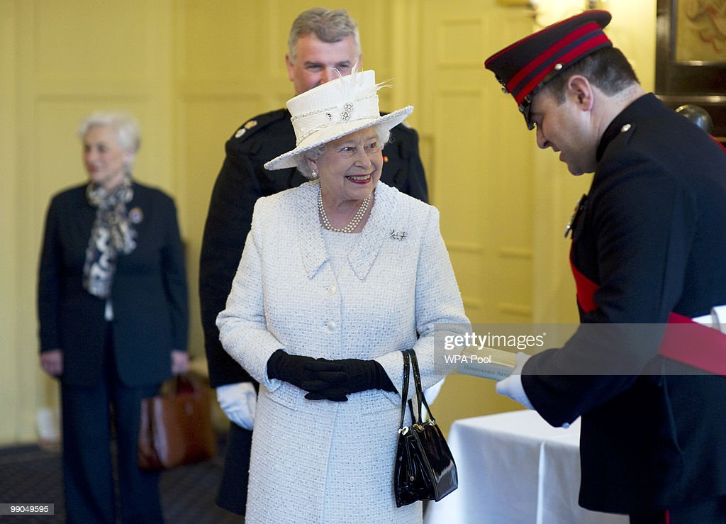 The Queen Reviews The Company Of Pikemen And Musketeers : News Photo