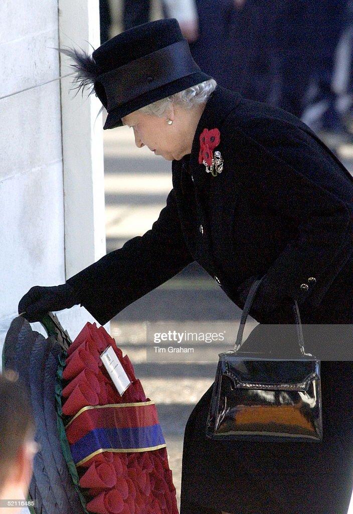 Queen Lays Wreath : News Photo