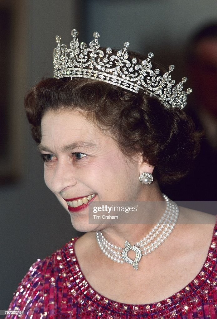 Queen Elizabeth II wears a four strand diamond and pearl cho : News Photo