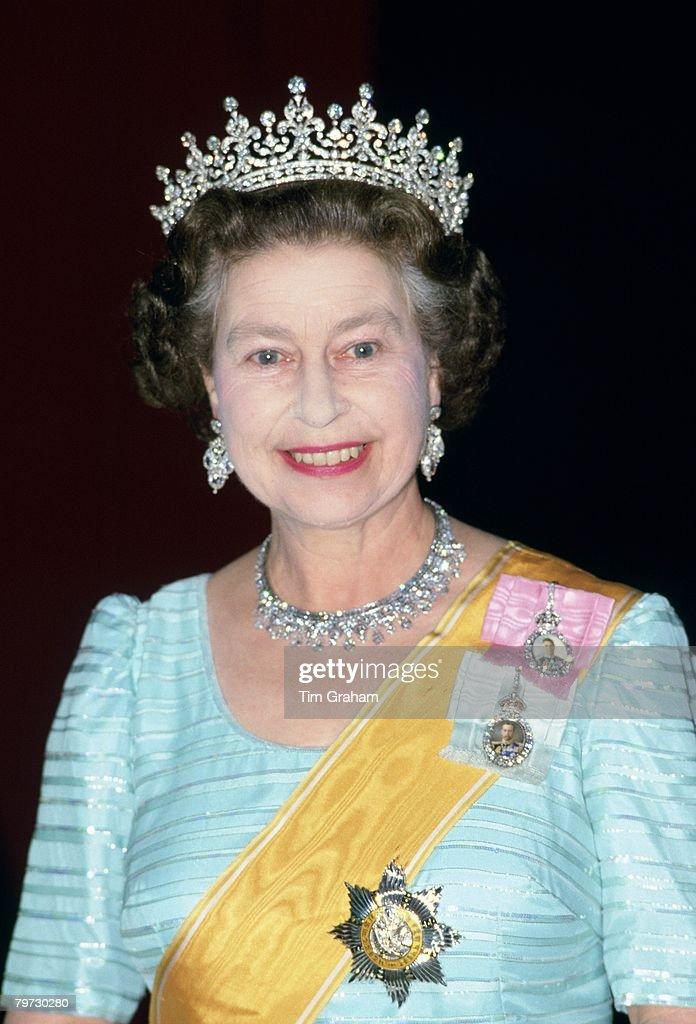 Queen Elizabeth II wears 'Granny's Tiara' to a banquet in Ne : News Photo