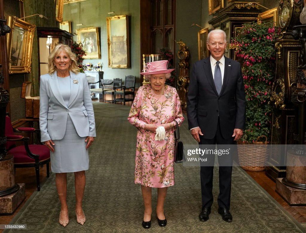 The Queen Invites The President Of The United States And The First Lady To Tea : News Photo
