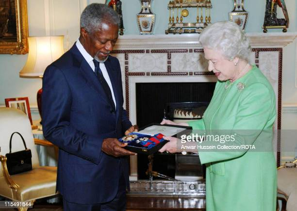 Queen Elizabeth ll invests former SecretaryGeneral of the United Nations Kofi Annan with insignia of an Honorary GCMG at Buckingham Palace on October...