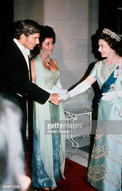 Queen Elizabeth ll meets Liz Taylor and husband John Warner at a gala dinner on July 01, 1976 in Washington DC, USA.