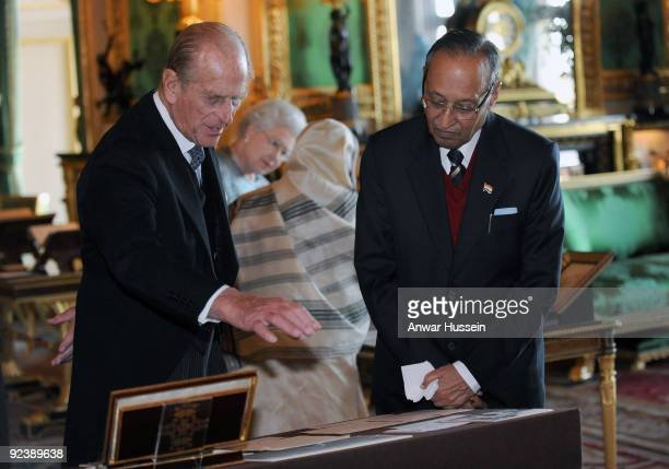Queen Elizabeth ll the President of India Pratibha Patil Prince Philip Duke of Edinburgh and Dr Shekhawat view an exhibition of items in the White...