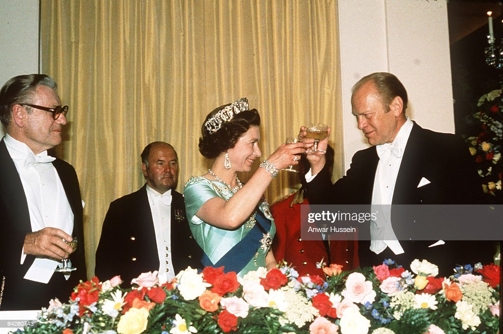 Queen Elizabeth ll toasts  President Gerald Ford during a State Visit to the USA : News Photo