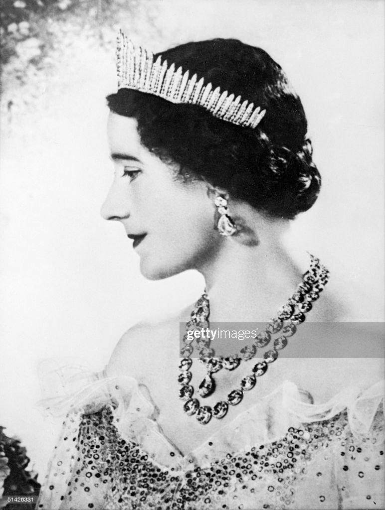 Queen Elizabeth, the former Duchess of York smiles : News Photo