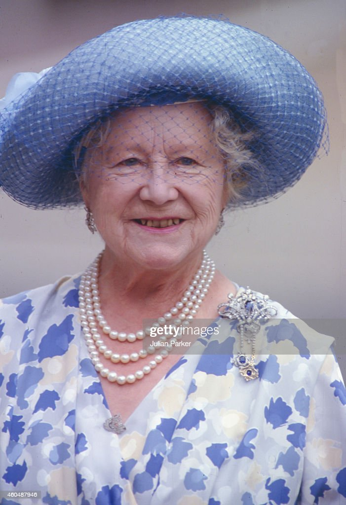 Queen Elizabeth, The Queen Mother appears at Clarence House in London, on her 88th Birthday : News Photo