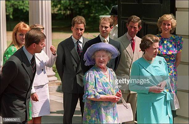 Queen Elizabeth the Queen Mother poses 04 August 1989 outside her London Clarence House residence for photographers with Queen Elizabeth and other...
