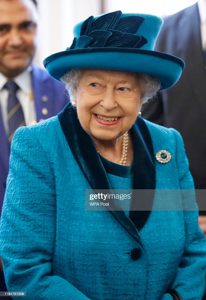 The Queen Visits The Royal Philatelic Society : Nachrichtenfoto