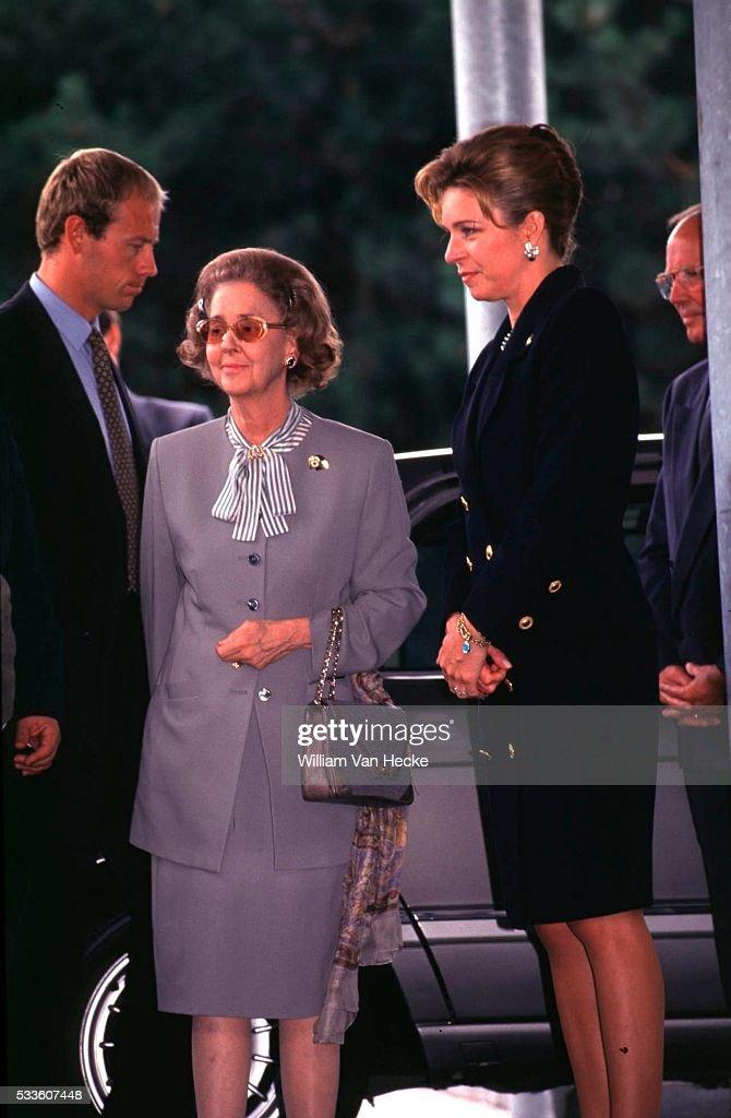 Queen Fabiola of Belgium and Queen Noor of Jordany visit the victims of the plane crash of Oostende.