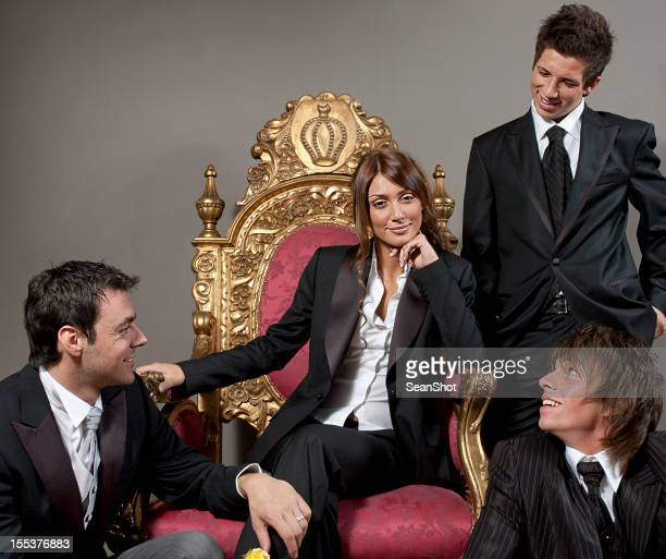 Chica con cama Queen y tres hombres