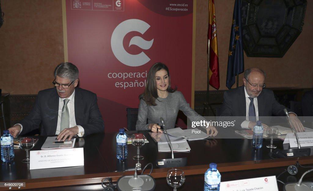 LA REINA PRESIDE UNA REUNIÓN DE TRABAJO DE AECID : News Photo