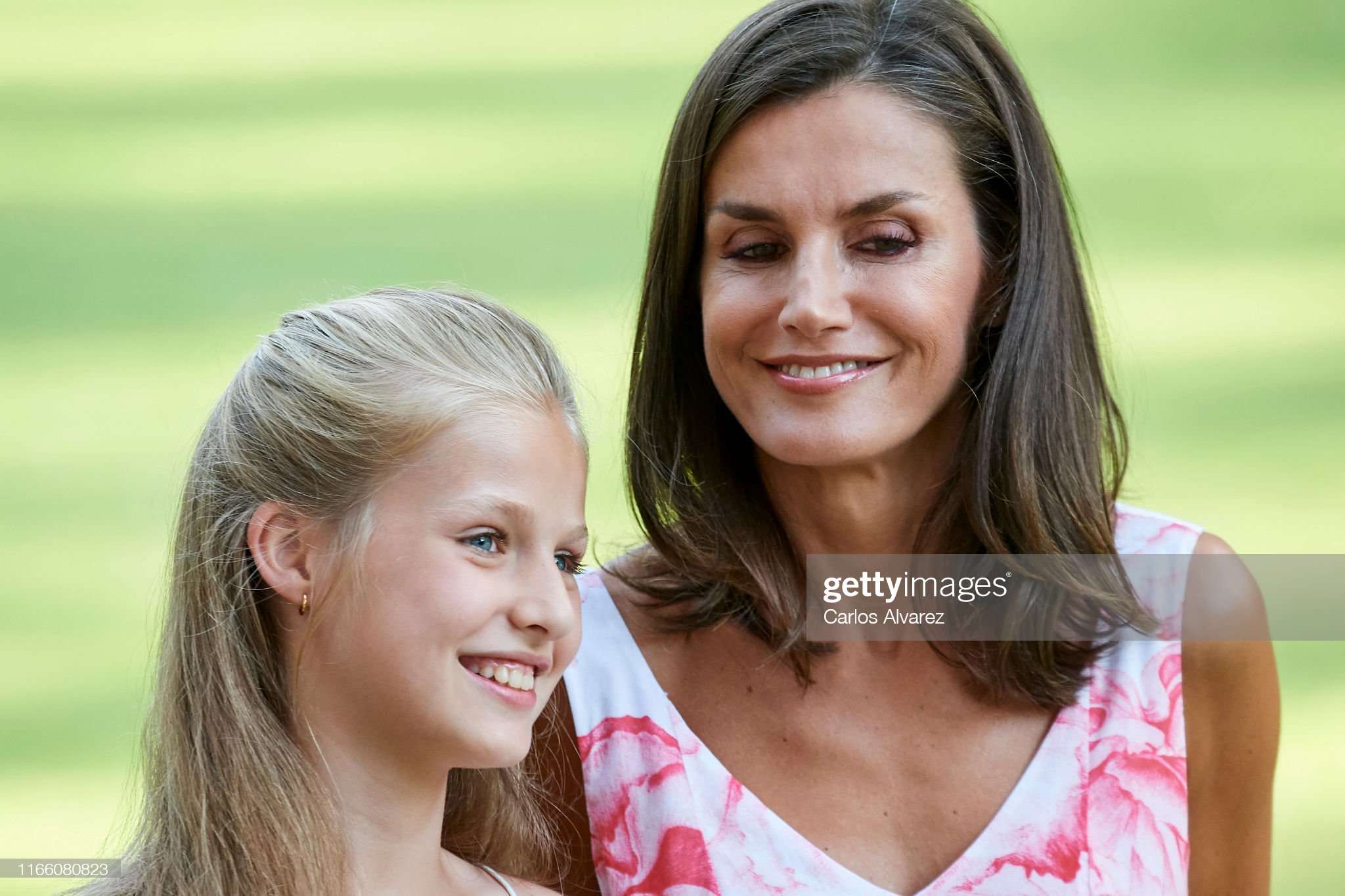queen-letizia-of-spain-and-princess-leonor-of-spain-pose-for-the-picture-id1166080823