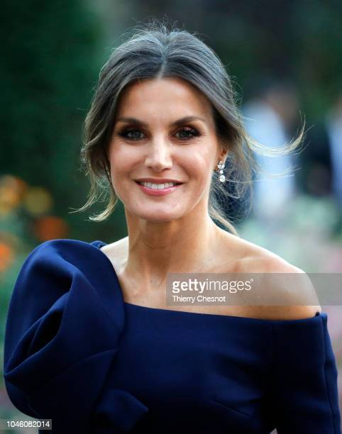 Queen Letizia of Spain arrives at the Grand Palais to visit the Miro exhibition on October 052018 in Paris France The Spanish royal couple is in...