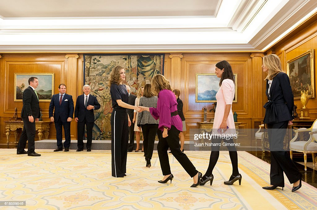 Queen Letizia of Spain Attend Audiences At Zarzuela Palace : Foto di attualità