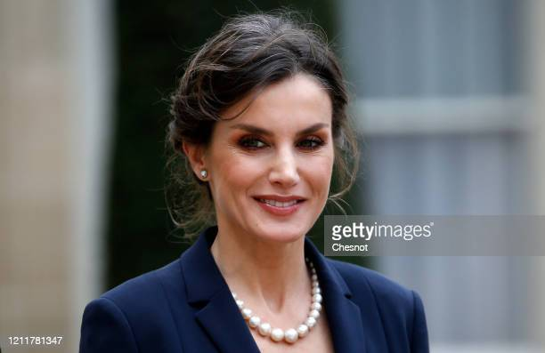Queen Letizia of Spain poses as she arrives prior to a lunch with French President Emmanuel Macron and his wife Brigitte Macron at the Elysee...