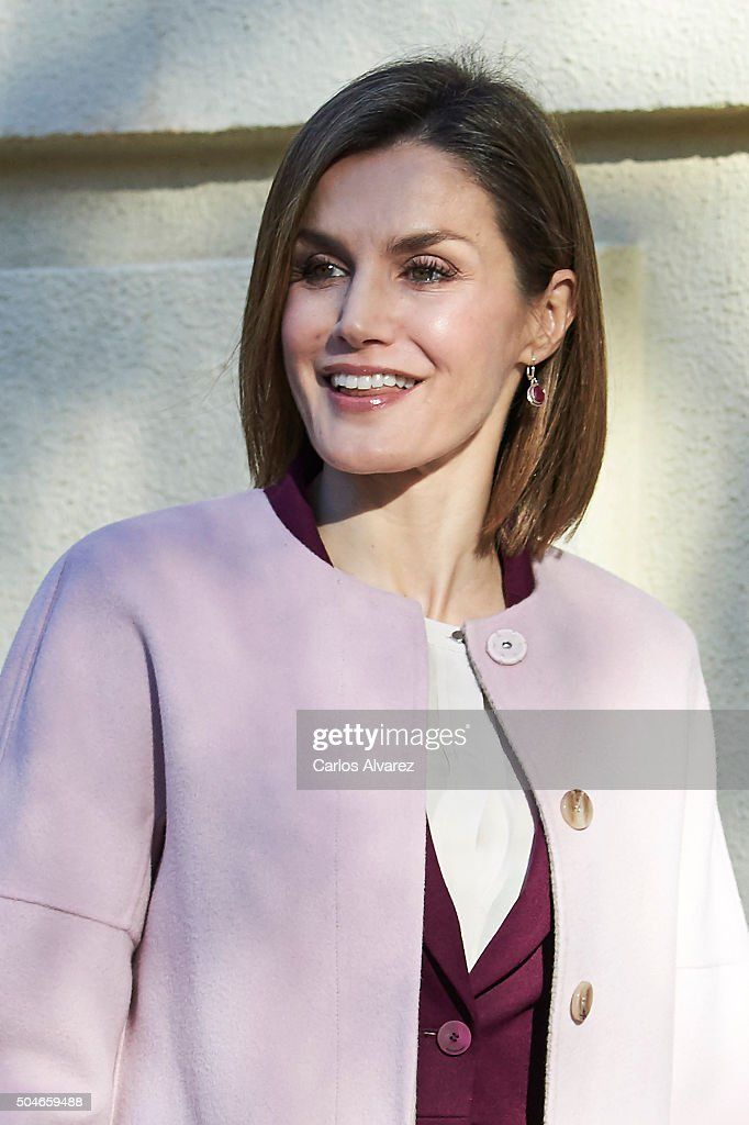 Queen Letizia of Spain Visits the FAD : Fotografía de noticias