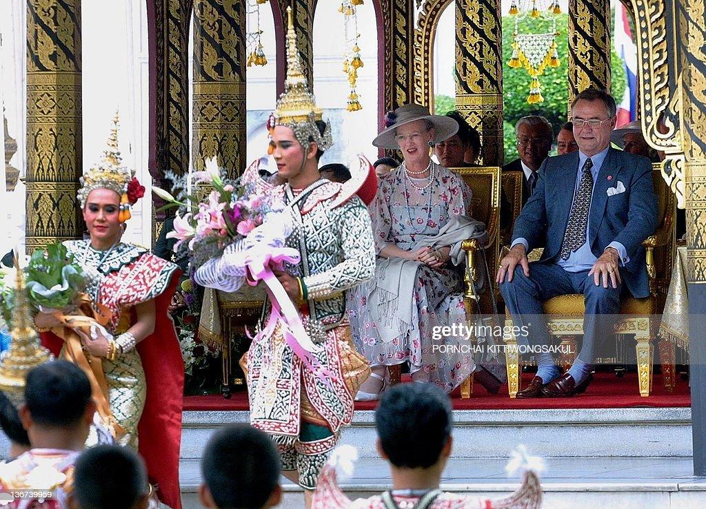 Queen Margrethe II of Denmark (C) and hu : News Photo