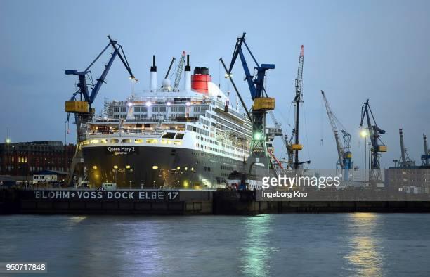 queen mary 2 in dry dock elbe 17, harbor, hamburg, germany - rms クイーン メアリー 2 ストックフォトと画像