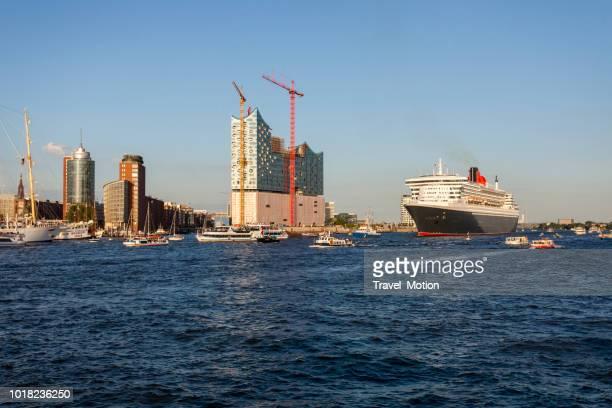 クイーンメリー 2 ハンブルク港を出発 - rms クイーン メアリー 2 ストックフォトと画像