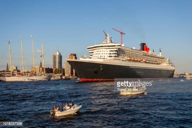 Queen Mary 2 verlaten van de haven van Hamburg